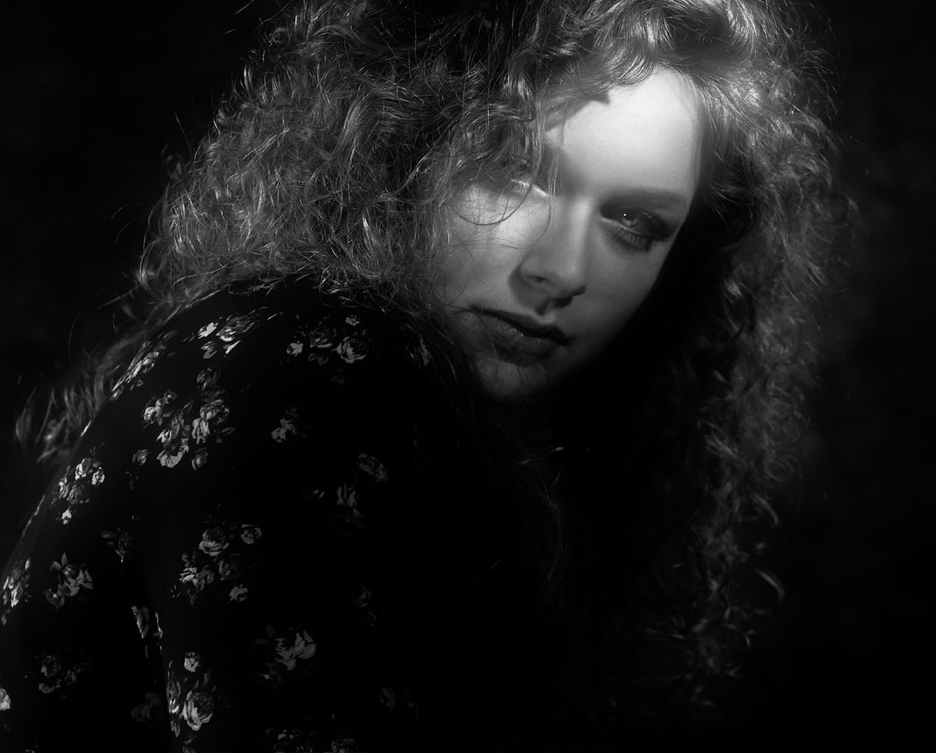 Frank-Doorhof-sony-alpha-7RII-film-noir-type-portrait-of-model-with-curly-hair
