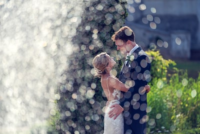 brent-kirkman-sony-alpha-9-newly-married-couple-embrace-behind-droplets-of-water