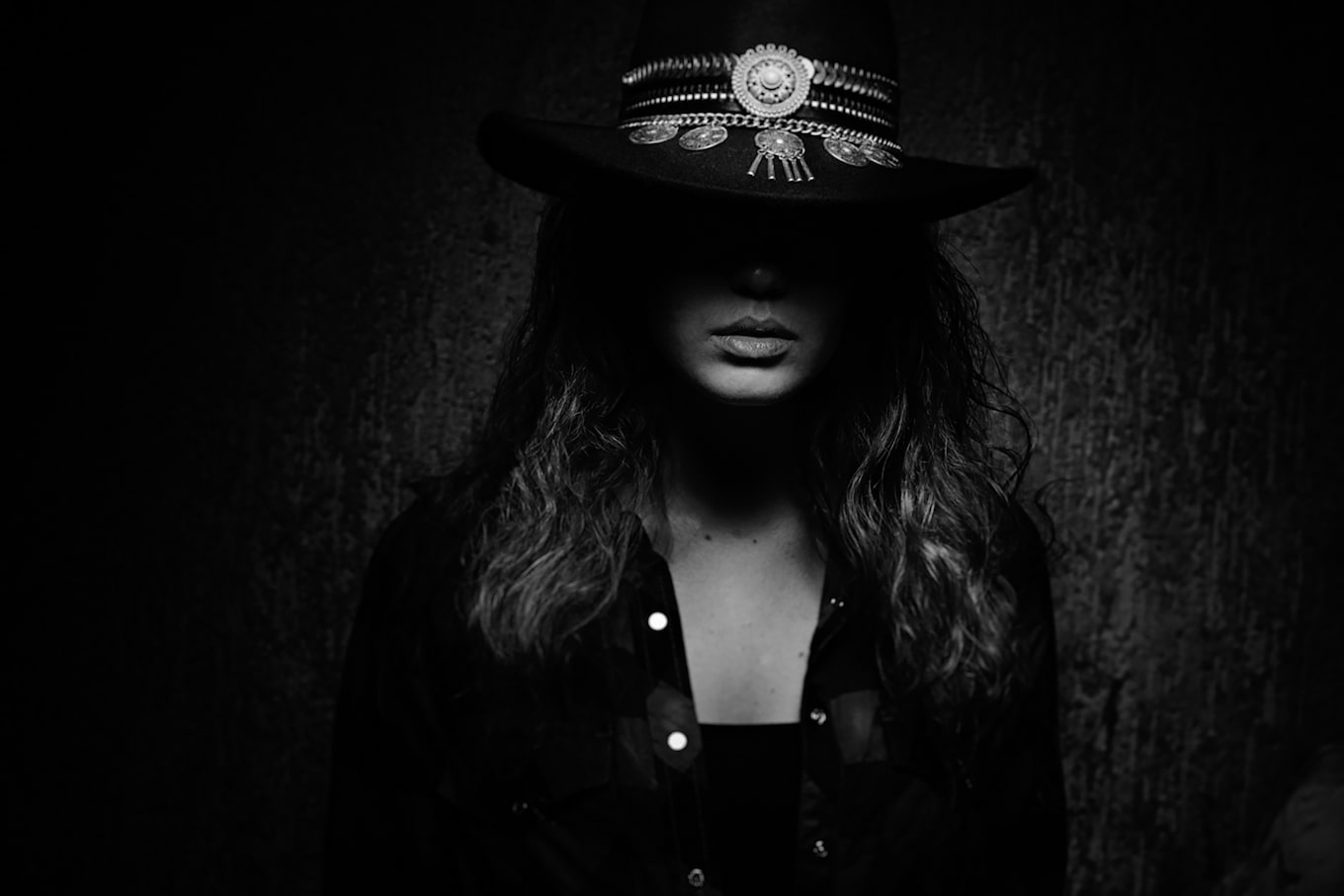 Frank-Doorhof-sony-alpha-7RII-moodily-lit-portrait-of-model-wearing-hat-with-her-face-in-shadow