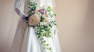 kate-hopewell-smith-sony-alpha-9-close-up-of-bride-holding-flowers